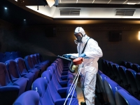 Desinfección de una sala del cine Trueba